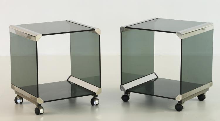 Coppia di comodini tavolini in vetro e metallo cromato con ruote. anni 70