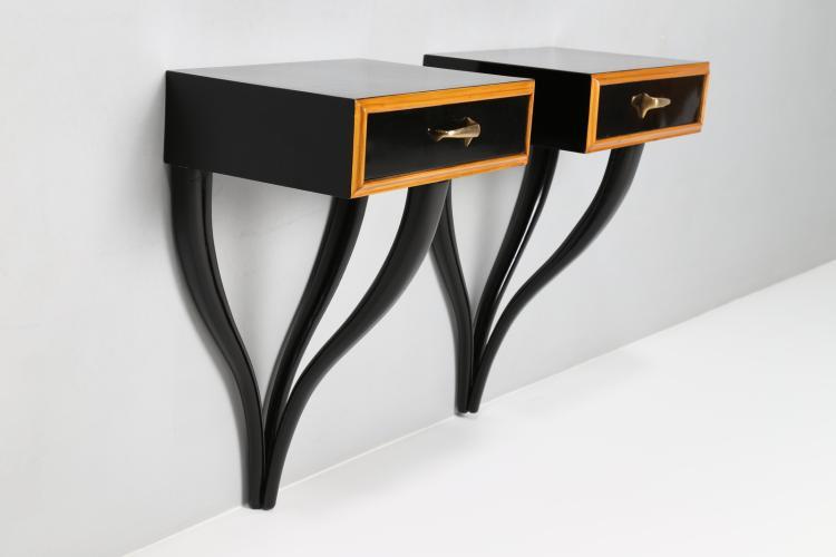 Coppia di comodini in legno ebanizzato nero e maniglie in ottone, anni 50