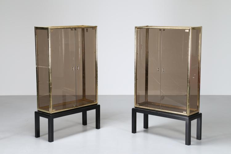 Coppia di vetrine in legno laccato ottone e ante in vetro, anni 70