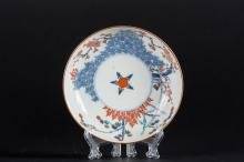 Arte Giapponese A Kakiemon porcelain dish painted with floral motif and bearing a circle mark at the base Japan, 18th century