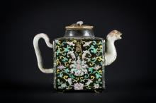 Arte Cinese A porcelain famille noire teapot with floral decoration and bearing an iron red Daoguang seal mark at the base China, Qing dynasty, 19th century