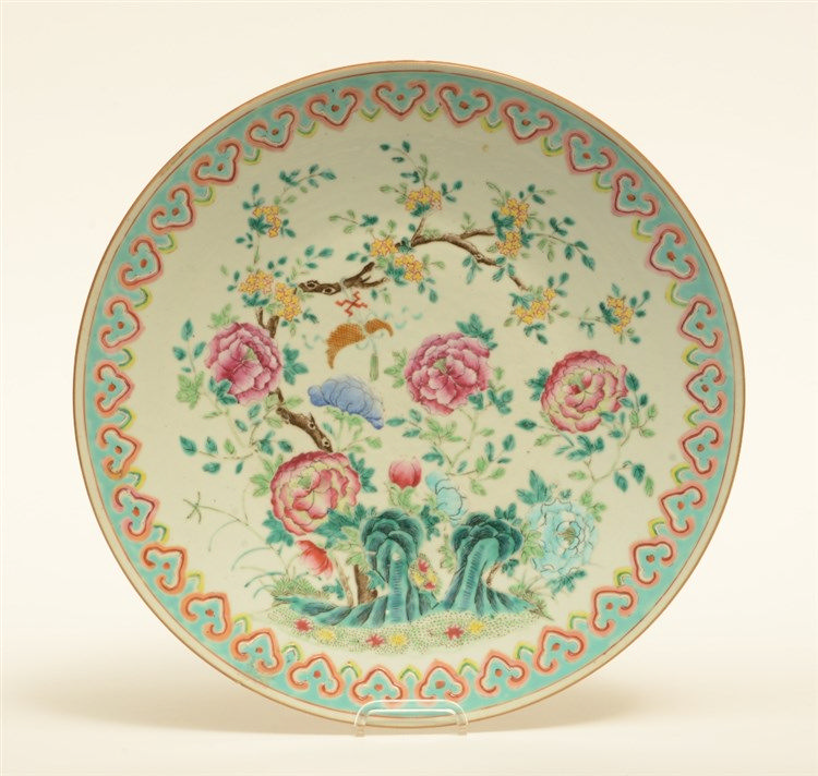 An Oriental famille rose plate with floral decoration, 19thC, Diameter 40 c
