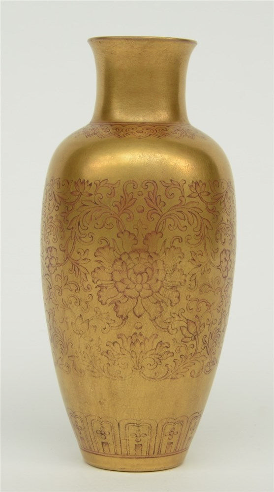 A fine Chinese gilt flower vase, marked Qianlong, 18thC, H 15,5 cm