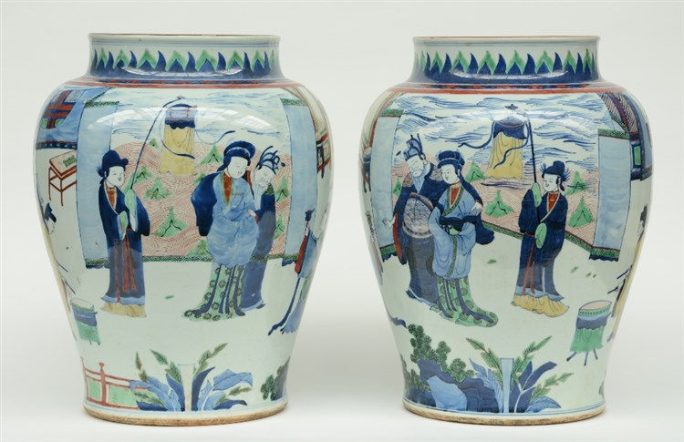 A pair of exceptionnel Chinese wucai vases, overall decorated with an anima