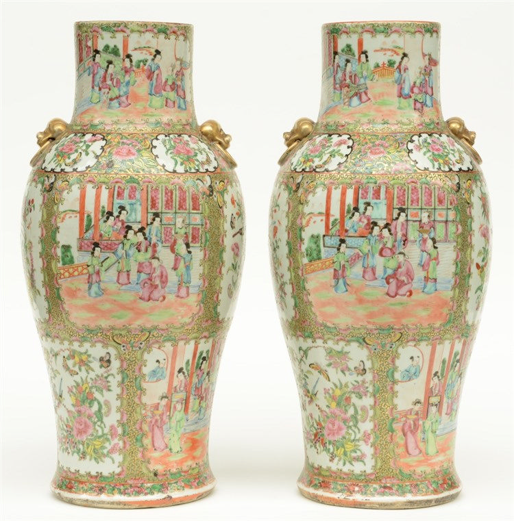 A pair of Chinese Canton vases, 19thC, H 54,5 cm (covers missing, chips on