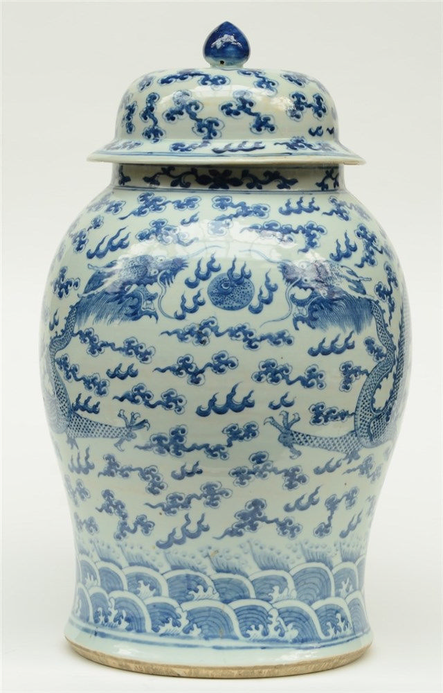 A large Chinese blue and white vase with cover, decorated with dragons, 19t