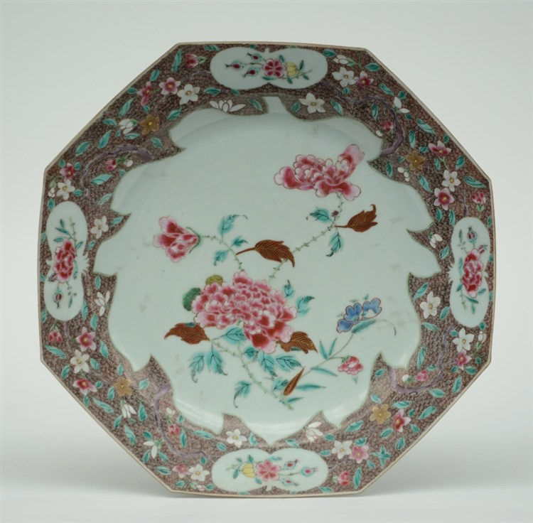 A Chinese octagonal famille rose floral dish, 18thC, Diameter 38,5 cm (mino