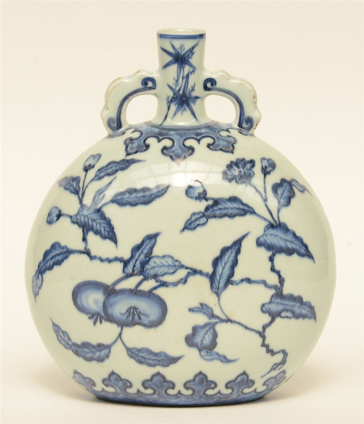 A Chinese blue and white floral decorated 'moonflask', H  29,5 cm
