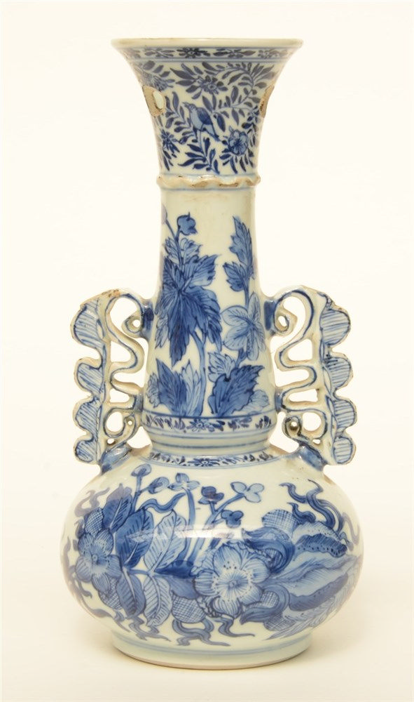 A Chinese blue and white floral vase, Kangxi, H 26 cm (damage)