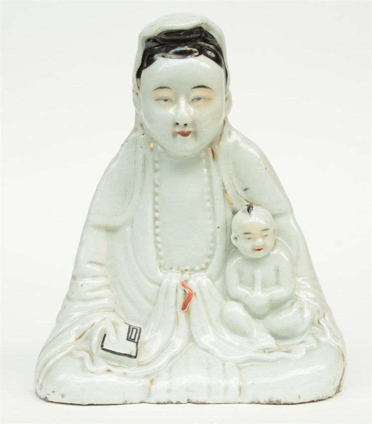A Chinese Guanyin figure with child, polychrome decorated, ca. 1900,H 25,5