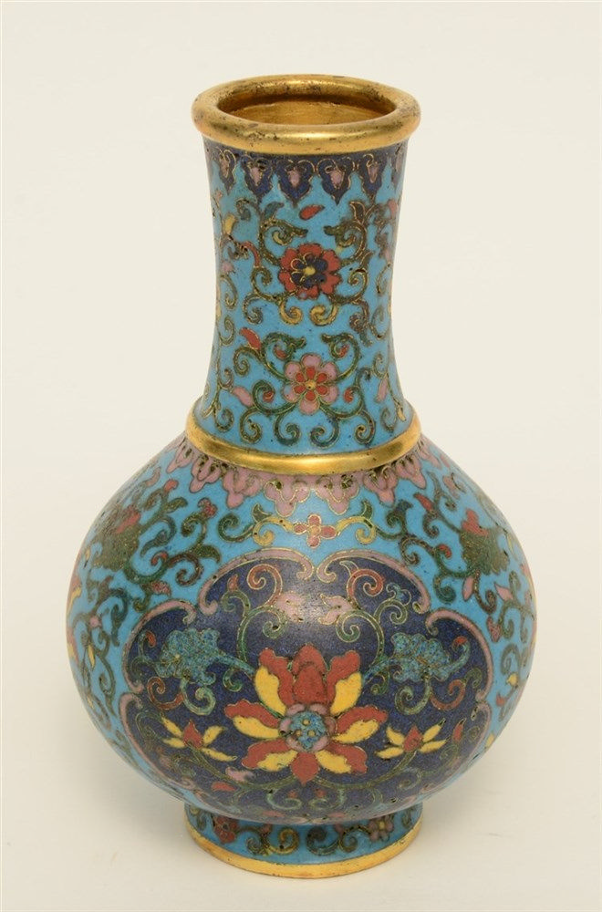 A small Chinese cloisonné vase, 19thC, H 14,5 cm