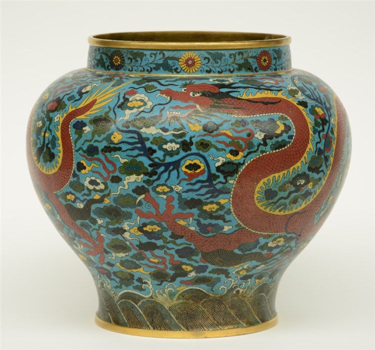 A large Chinese cloisonné vase, decorated with dragons, H 32 cm