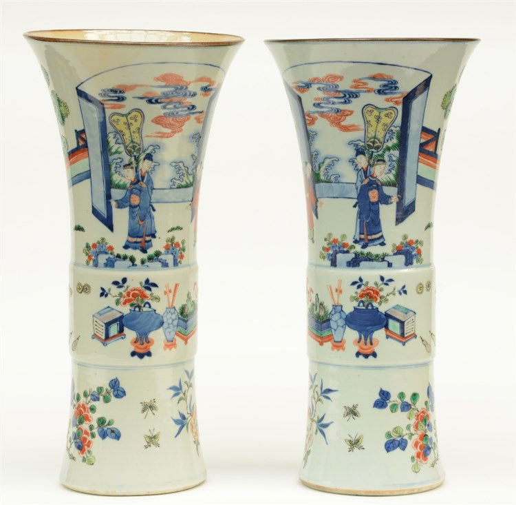 A pair of elegant Chinese wucai vases, 19thC, H 45,5 - 46,5 cm