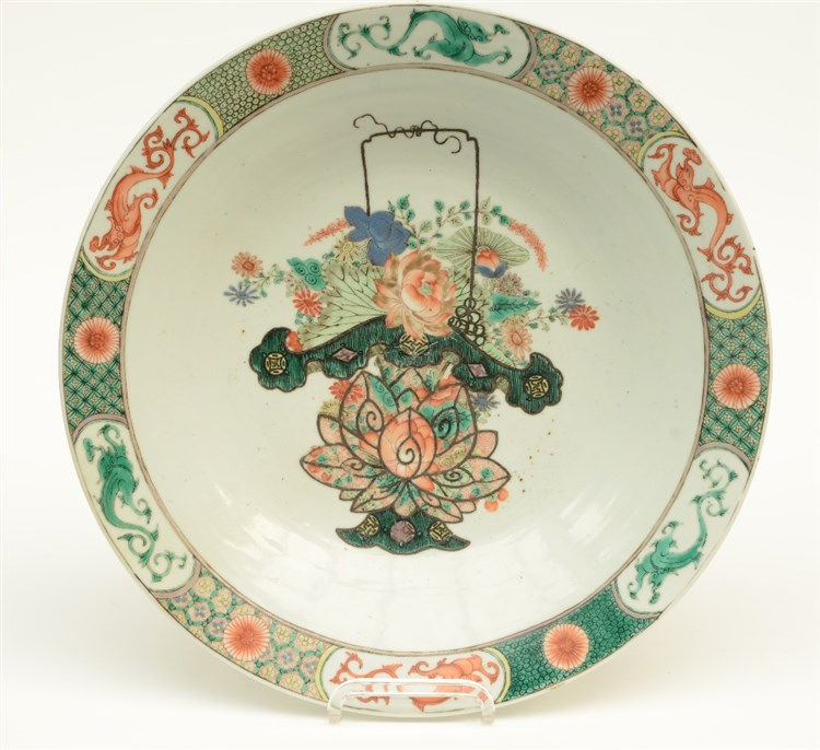 A Chinese famille verte plate, decorated with a flower basket, 19thC, Diame