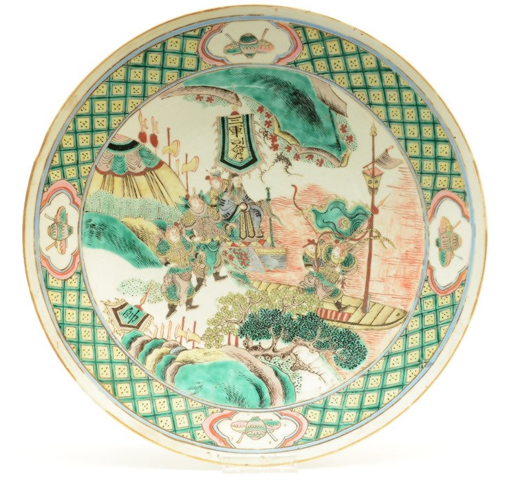 A Chinese famille verte plate, decorated with a court scene, 19thC, Diamete