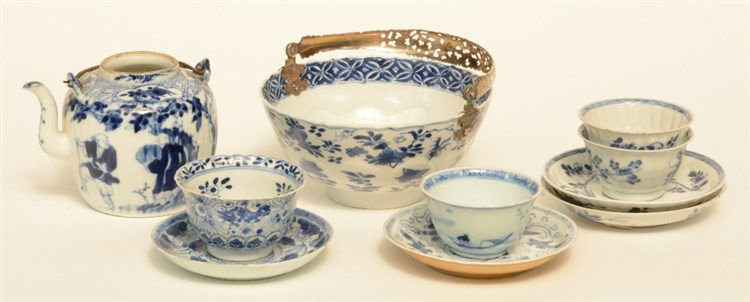 Four Chinese blue and white cups and saucers, and a dito tea pot, 18thC/19t