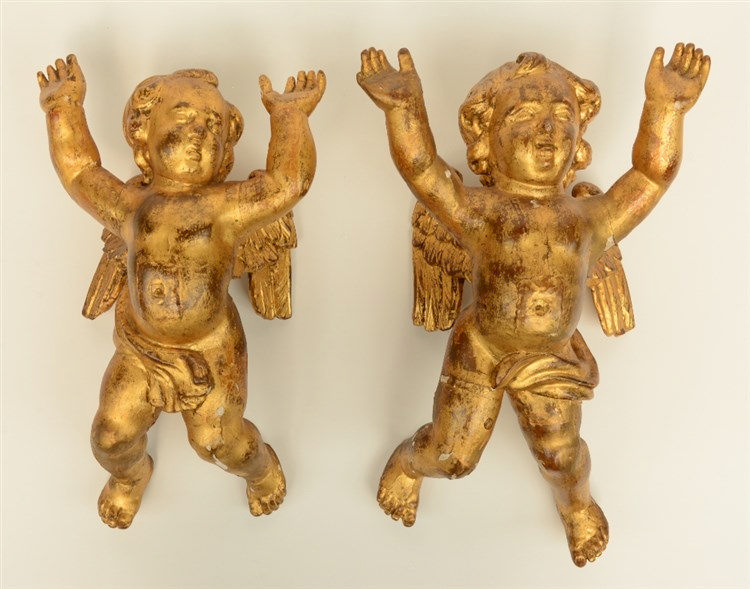 A pair of gilt limewood sculpted angels, Low Countries, 18thC, H 33,5 - 37
