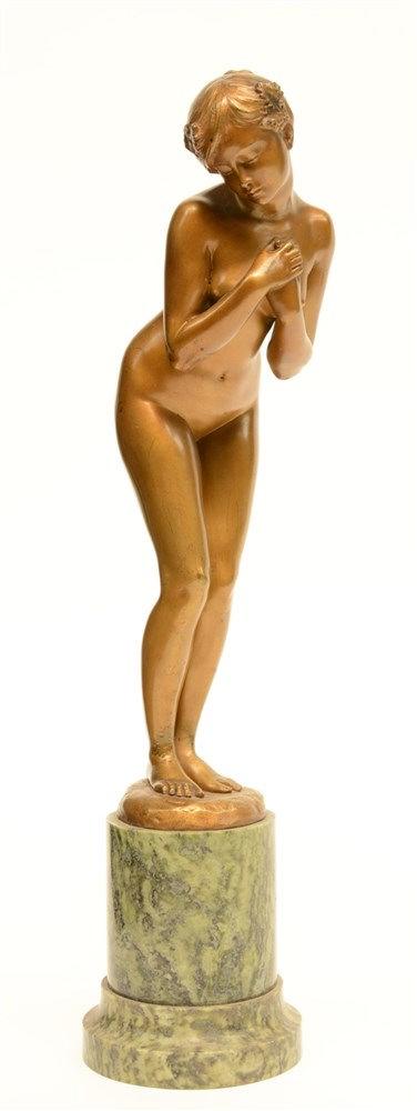 Saladin A., a female bather, bronze on a vert de mer marble base, H 40,5 cm