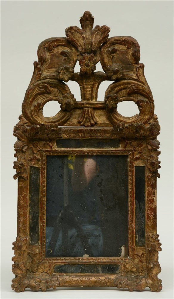A first half of the 18thC sculpted and gilt wood Spanish mirror, 41 x 73,5