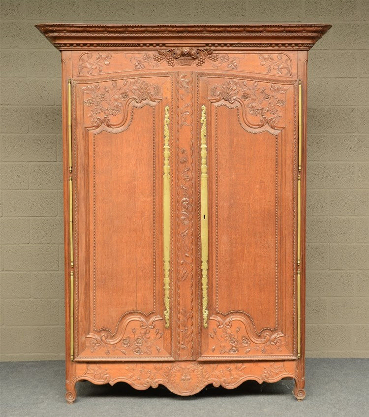 An 18thC French richly carved oak armoire, H 226,5 - W 174,5 - D 68,5 cm