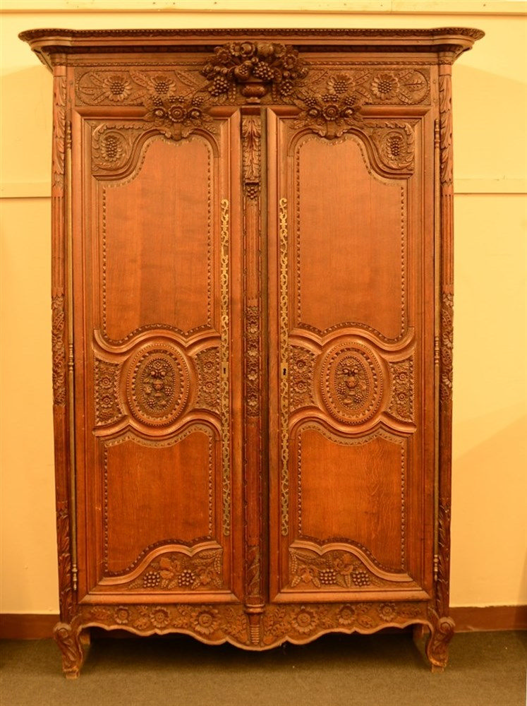 An early 19thC richly carved oak armoire, H 241,5 - W 152,5 - D 61 cm