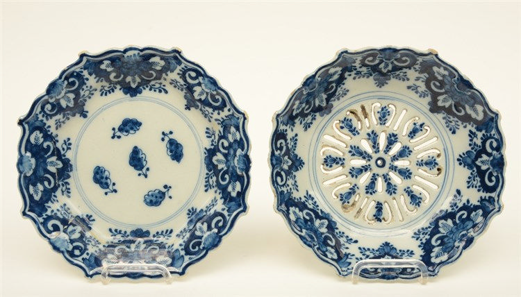 A rare 18thC blue and white Delft strawberry drip dish plate marked 'De Cla