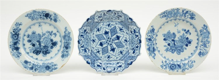 Two blue and white in the Kangxi style decorated Dutch Delftware plates, la