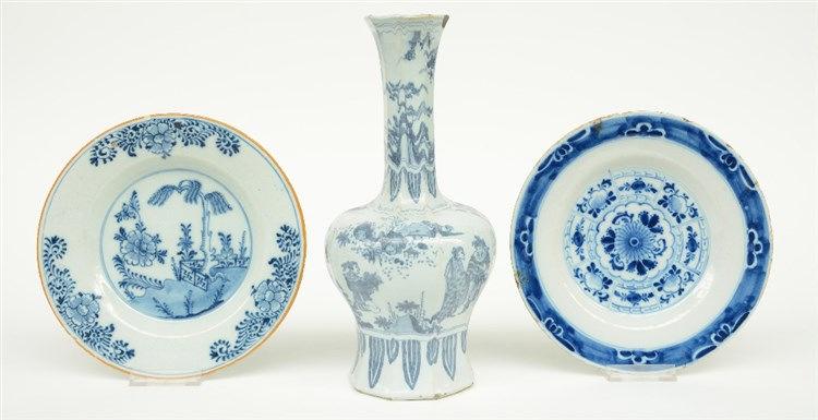 An 17thC octagonal Dutch Delft chinoiserie vase, monogrammed 'K' (de Drie A