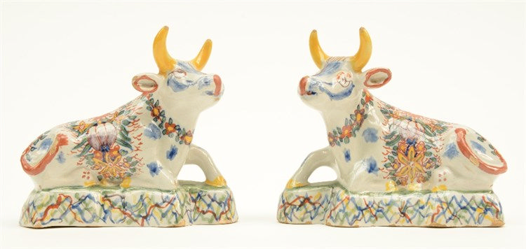 A pair of polychrome Dutch Delft cows, 18thC, H 11 - W 12,5 cm (minor chips