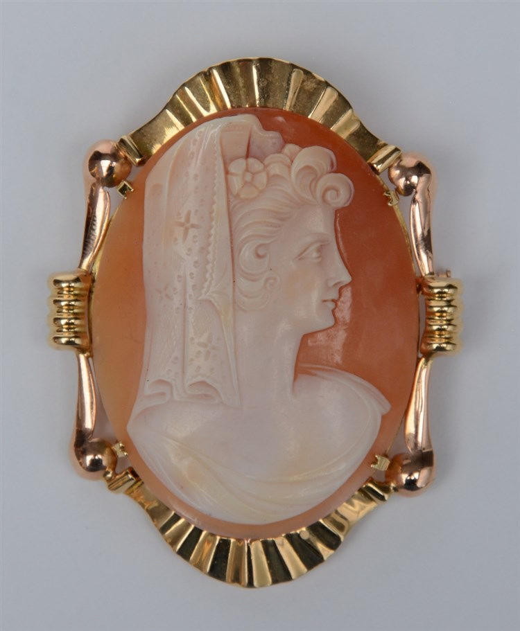 A camée, set in a 18ct gold mount, 1950s, H 6,5 - W 5 cm, Total weight: ca.