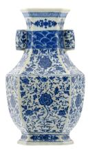 A fine Chinese blue and white floral decorated Hu vase with lotus flowers, Qianlong marked, 18/19thC, H 34 cm