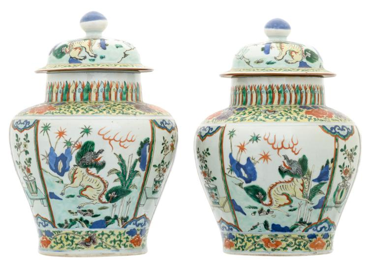 A pair of Chinese wucai overall floral decorated vases and covers with Fu lions, 17th/18thC, H 37,5 cm