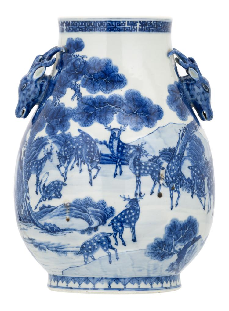 A Chinese overall blue and white decorated hundred dear Hu vase, the roundels deer head shaped, with a Qianlong mark, H 37,5 cm