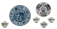 A Chinese blue and white and famille rose floral decorated dish, 18thC; added a ditto blue and white decorated plate with birds and flower branches; extra added four blue and white and polychrome decorated bowls and covers,H 3,5 - 6,5 - ø 10 - 32,5 cm