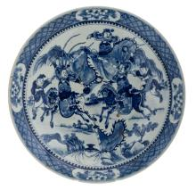 A Chinese blue and white decorated plate with warriors in a landscape, 19thC,H 5,5 - ø 41 cm