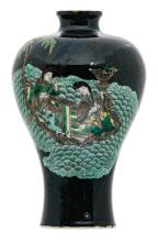 A Chinese famille noire ground Meiping vase, famille verte decorated with two courtisans in a boat, Kangxi and period, H 15,6 cm