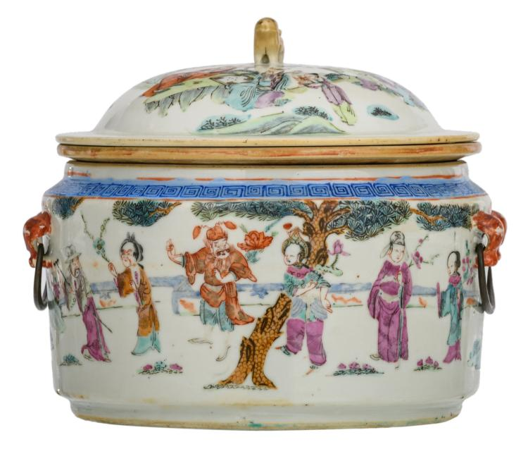 A Chinese famille rose pot and cover, decorated with figures in a landscape, H 18 - ø 18 cm