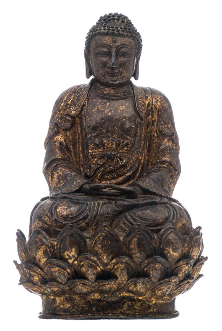 A Chinese seated gilt lacquered bronze Buddha with traces of polychromy, H 27,5 - W 17,5 - D 14,5 cm