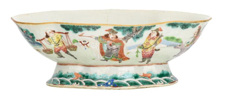 A Chinese oval lobed famille rose footed bowl, decorated with figures in a landscape, the inside with fish, 19thC, H 8,5 - W 24,5 - D 16,5 cm