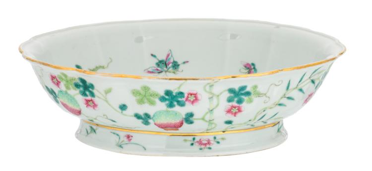A Chinese oval lobed famille rose footed bowl, decorated with bamboo, lychees and butterflies, with a Yongzheng mark, H 8,5 - W 29 - D 23,5 cm