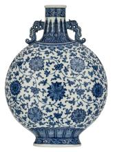 A Chinese blue and white decorated moon flask with lotus flowers, the handles dragon shaped, with a Qianlong mark, H 52,5 cm