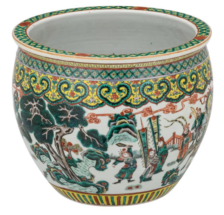 A Chinese famille verte overall decorated fish bowl with a battle scene, painted with water plants and koi fish inside, 19thC,H 30,5 - ø 36 cm