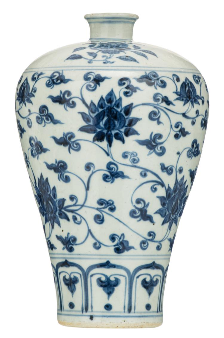 A Chinese blue and white floral decorated Meiping vase with lotus flowers, Ming, H 31,5 cm