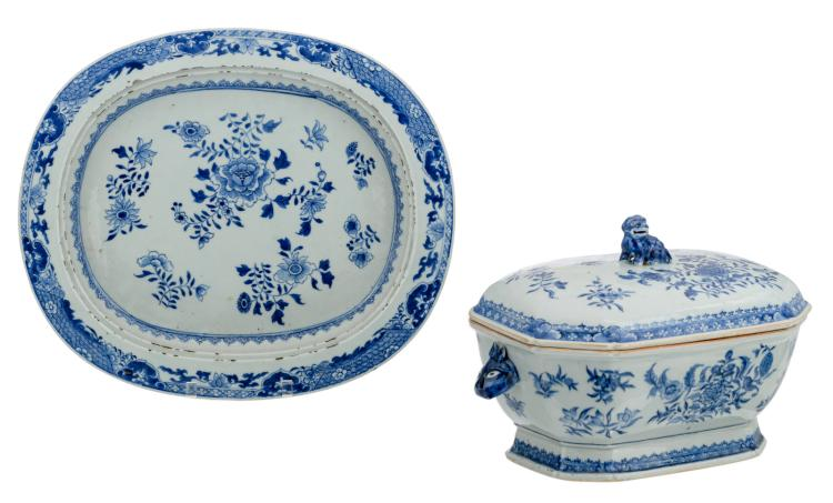 A Chinese blue and white floral decorated export porcelain octagonal tureen on a matching oval plate, the tureen's handles hare's head shaped, the cover's handle Fu lion shaped, 18thC; added an exposition catalogue 'Séductions Chinoises', 37 x 43 - H 5 - 23 cm