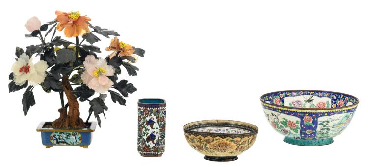 A Chinese decorative tree with semi-precious stones, the cloisonné jardiniere floral decorated with cranes; added two Chinese bowls and a vase in Peking enamel, H 8,5 - 36 - ø 18 - 26,5 cm