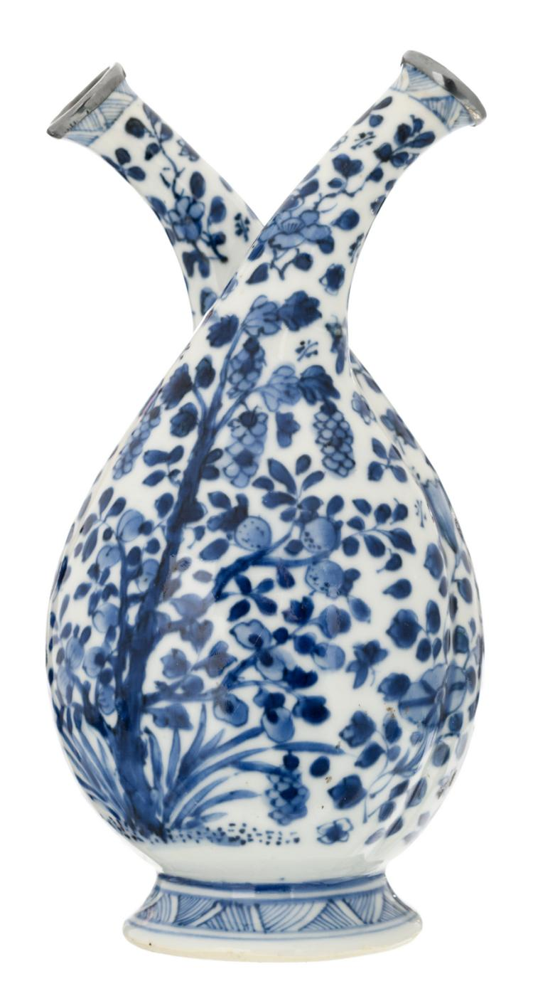 A Chinese blue and white silver mounted double bodied cruet, decorated with flower branches and fruits, H 20,5 cm