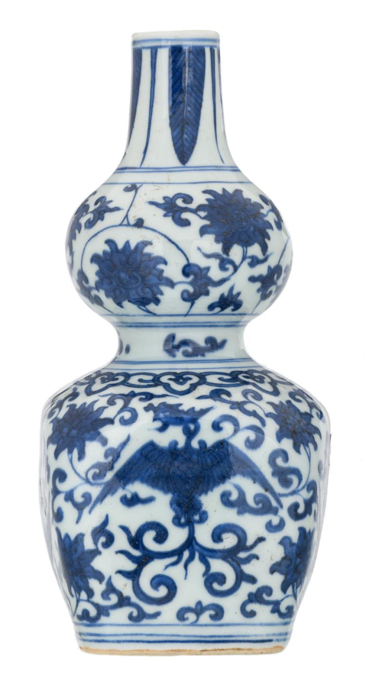 A Chinese blue and white decorated double gourd vase on a quadrangular base with lotus flowers and phoenix, with a Jiaqing mark, H 24 cm
