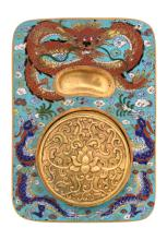A Chinese gilt bronze calligraphy set decorated with cloisonné enamel, with a Qianlong mark, H 2,5 - W 16 - D 12 cm