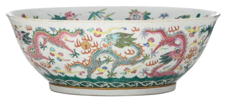 A Chinese famille rose bowl, decorated with dragons and flaming pearls, with a Qianlong mark, 19thC, ø 27 cm