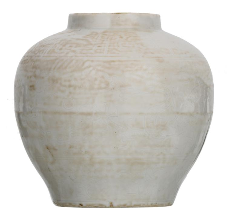 A Chinese white glazed incised dragon jar, Wanli marked, H 14,5 cm